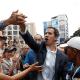 Opositores venezolanos saludan a Juan Guaidó. (Reuters)