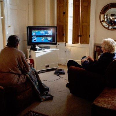Pareja de abuelitos lleva 18 años jugando el mismo videojuego diariamente