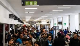 Foto: Personas caminan en los pasillos del Aeropuerto Internacional de la Ciudad de México, 15 de julio de 2018 (Archivo/Getty Images)