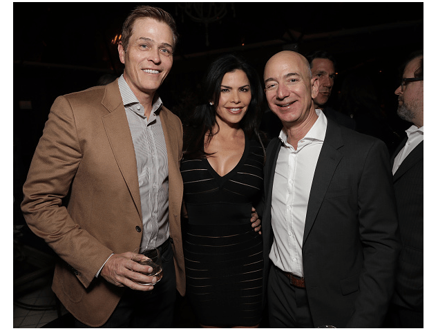 Patrick Whitesell, Lauren Sánchez y Jeff Bezos. (Getty Images, archivo)