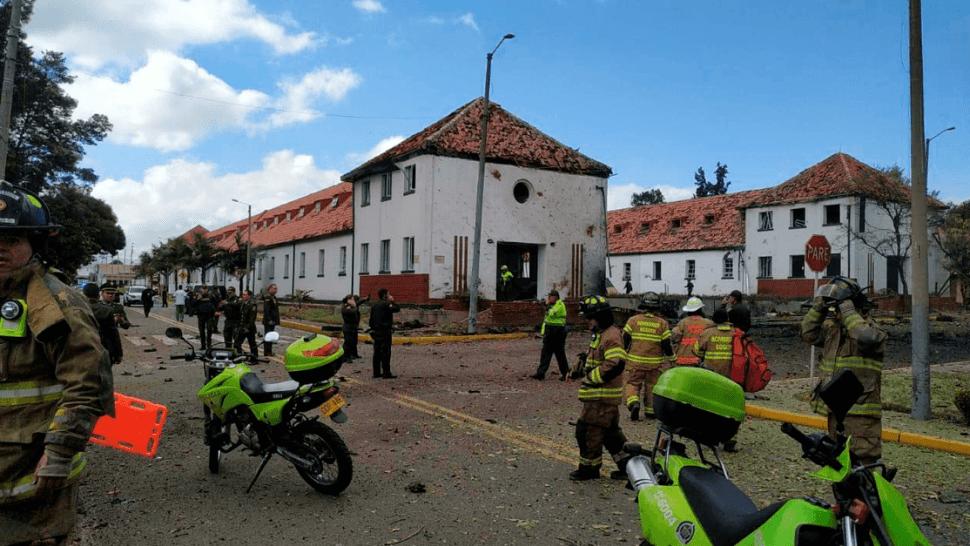 Personal de emergencia responde al estallido de un coche bomba en Bogotá, Colombia. (AP)
