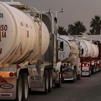 Una caravana de pipas cargadas con gasolina se dirige hacia la CDMX