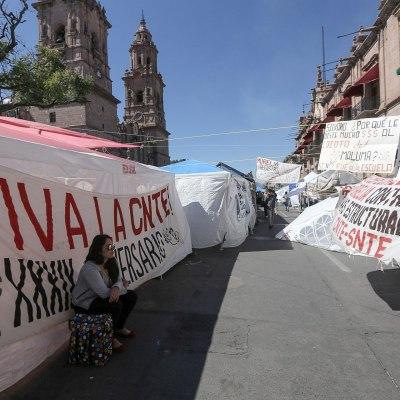 CNTE levanta bloqueos en Michoacán, mantienen paro