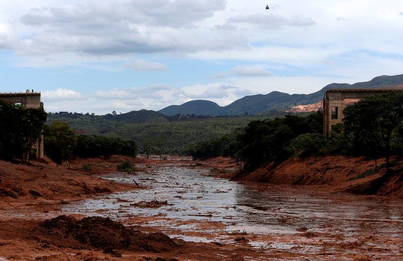 elevan 58 numero de muertos por rotura de presa en brasil