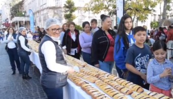 Cientos de niños disfrutan de una rosca de Reyes gigante en Aguascalientes