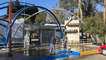 Retiran basura de deportivo usado como albergue en Tijuana