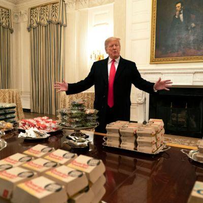 Trump recibe con miles de hamburguesas a campeones universitarios de futbol americano