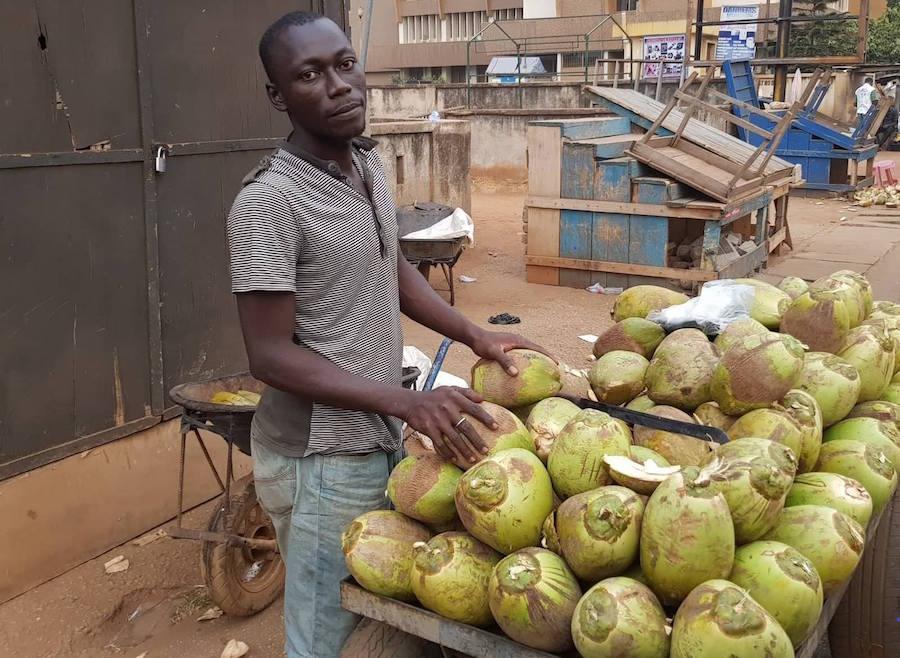 Estudiante universitario vende cocos para pagar su colegiatura