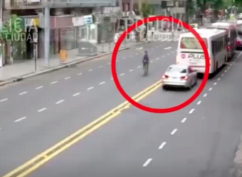 video-ciclista-persigue-asaltante-motoneta-derribarlo-buenos-aires-argentina