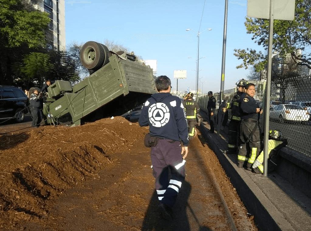 Vuelca camión con abono en Periférico Sur. (@ciemergencias)