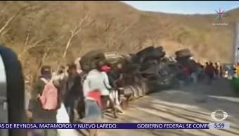 Vuelca camión con cemento en Oaxaca y pobladores se llevan cargamento