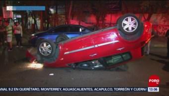 Foto: Abandonan su automóvil tras volcadura en la CDMX