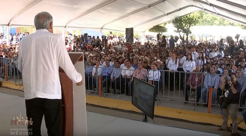 Foto: AMLO se comprometió a destinar recursos por 200 millones de pesos para concluir una carrera en Tamazula, Durango. (Gobierno de México, YouTube)