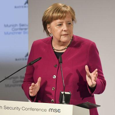Merkel señala a Rusia y Steve Bannon como enemigos de Europa