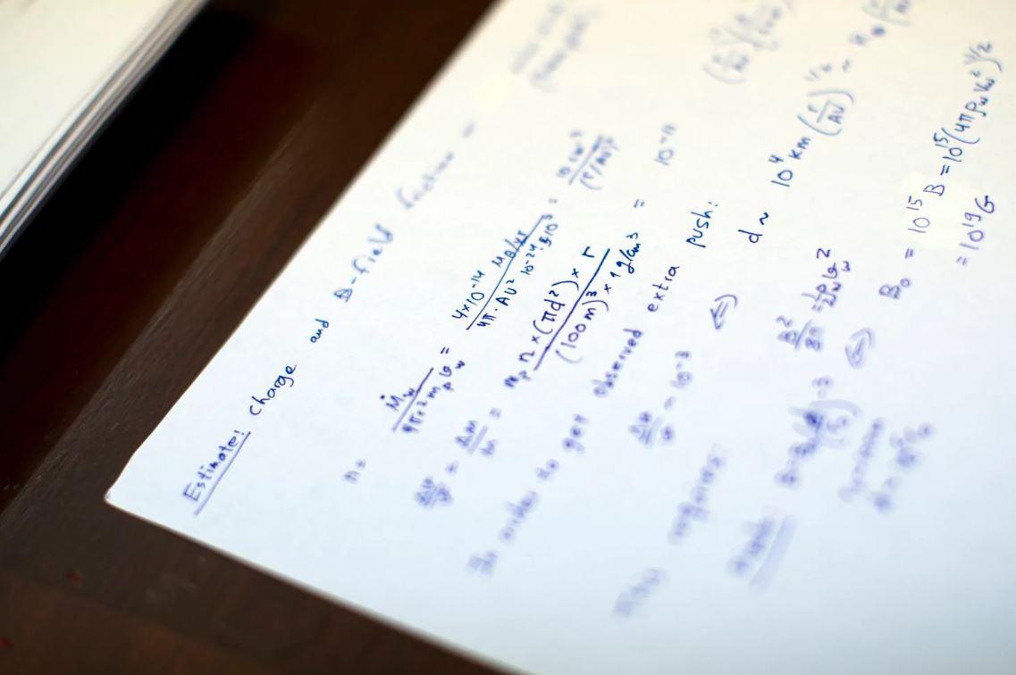 Anotaciones en el escritorio de Avi Loeb (Adam Glanzman/The Washington Post)