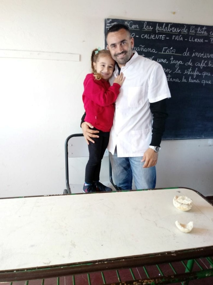 Aquí aparece Christian Leissa con una alumna de primaria de los periodos anteriores (Clarín)