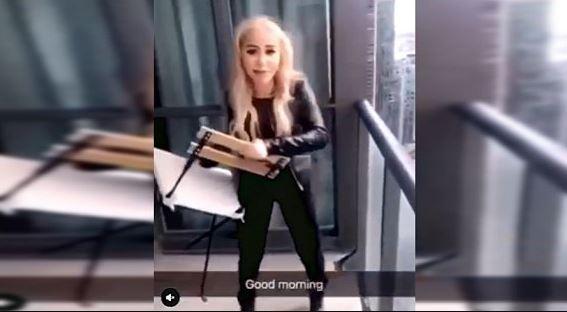 Foto: Una mujer, de 19 años, dos arroja sillas hacia una concurrida avenida, 13 febrero 2019