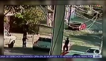 Asaltantes bloquean calle con auto para robar en Naucalpan