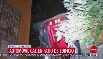 FOTO: Automóvil cae en patio de edificio en Ciudad de México, 10 febrero 2019