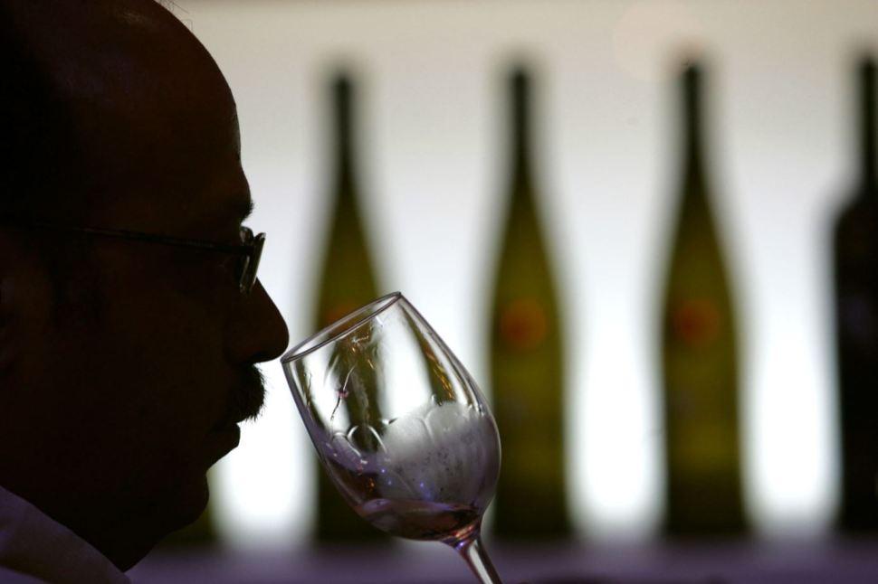 Beber una copa de vino por noche puede tener beneficios para la salud como bajar de peso, aumentar la rotación ósea y mejorar la función cerebral (GettyImages Archivo)