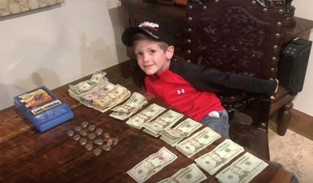 Benton Stevens logró recaudar 1,400 dólares estadounidenses en los primeros dos días de tener su puesto de chocolate (CBS Austin)