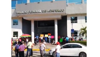 Foto: Se manifiestan trabajadores municipales de Acapulco por despidos de compañeros, febrero 27 de 2019, Guerrero (Twitter: @enfoqueinforma)