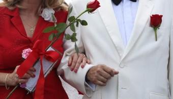 Foto: Una pareja se une mientras participan en una ceremonia de boda grupal, México, febrero 12 de 2019 (Getty Images)