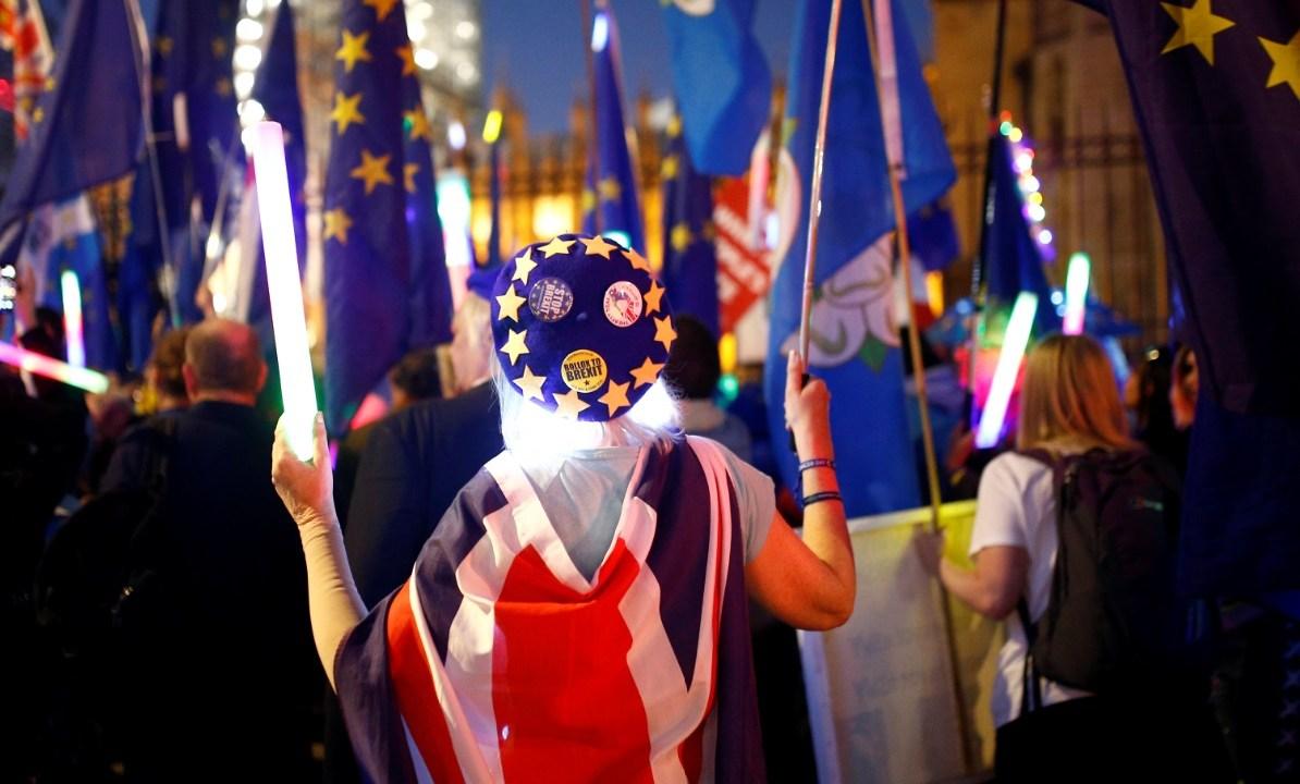 Foto: Los manifestantes anti-Brexit gritan consignas fuera de las Casas del Parlamento en Londres, Gran Bretaña, 27 de febrero de 2019 (Reuters)