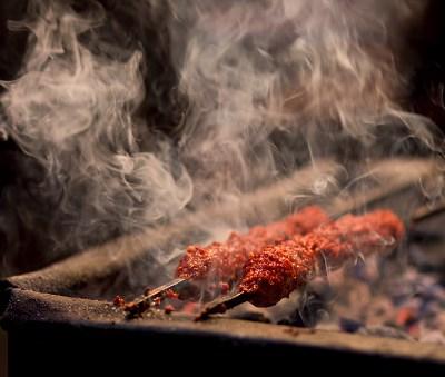 Carne asada emite gases más tóxicos que los del tráfico: estudio
