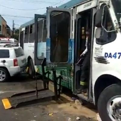 Choque entre camioneta y camión deja 15 heridos en Guadalajara, Jalisco