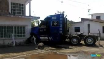 Foto: choca tractocamión contra casa en Veracruz, 13 de febrero 2019. (Twitter @televertv)