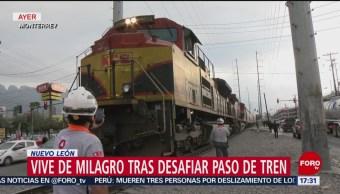 Conductora intenta ganarle el paso al tren en NL