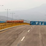 Foto: El remolque de un camión cisterna y dos contenedores bloquean el puente Tienditas a Venezuela., 22 febrero 2019