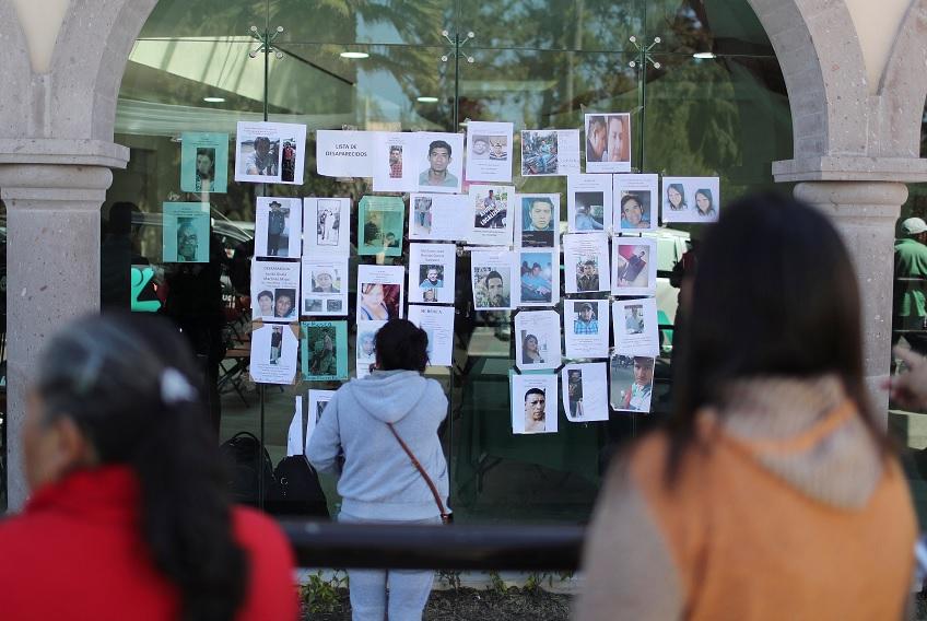 Foto: Residentes miran imágenes de personas desaparecidas después de la explosión de un ducto de combustible en Tlahuelilpan, Hidalgo, 21 de enero de 2019 (Reuters)