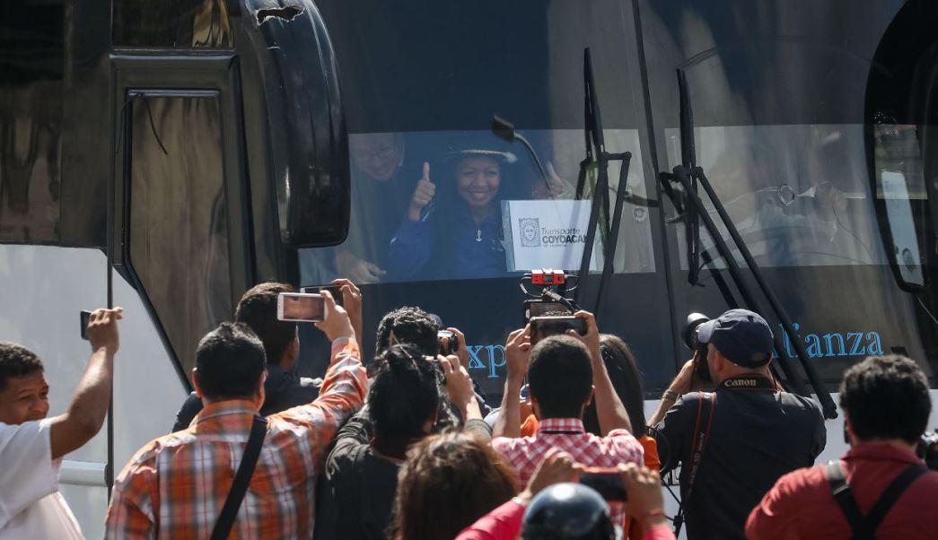 Foto: Un autobús con partidarios al líder opositor venezolano Juan Guaido se dirige a la frontera entre Venezuela y Colombia para obtener ayuda humanitaria externa, 21 febrero 2019