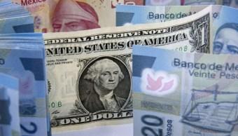 Foto: Los billetes en pesos mexicanos se preparan para una fotografía con un dólar de Estados Unidos en la Ciudad de México, México, 27 enero de 2016 (Getty Images)