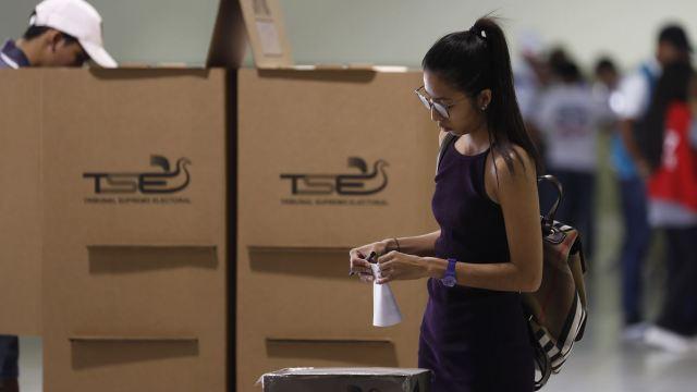 Foto: Una monja emite su voto en las elecciones presidenciales de El Salvador, 3 febrero 2019