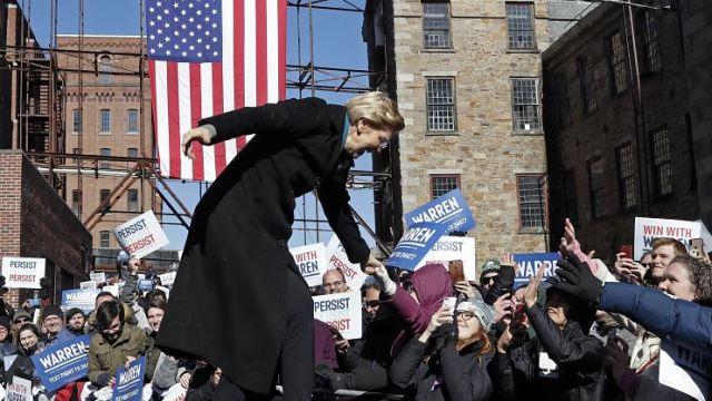 Foto: La senadora Elizabeth Warren, demócrata de Massachusetts, da la mano a sus simpatizantes, 9 febrero 2019