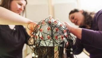 Foto: Investigadoras realizar una electroencefalografía para registrar la actividad eléctrica del cerebro mediante la medición de las fluctuaciones de voltaje, EU, febrero 5 de 2019 (Getty Images)