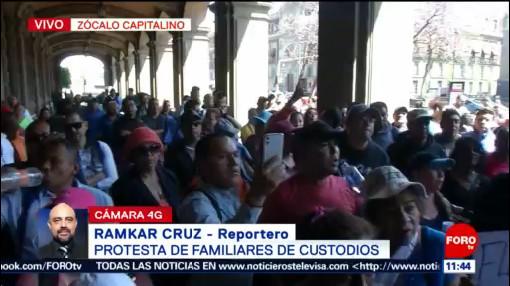 Familiares de custodios protestan en el Zócalo de la CDMX