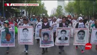 Foto: Familiares de normalistas de Ayotzinapa marchan en Reforma