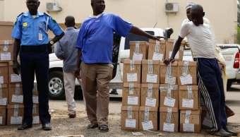 Foto: Varios hombres esperan un camión para cargar material electoral y destruirlo en la comunidad de Yola, Nigeria, el 15 de febrero de 2019