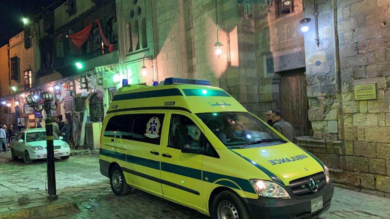 Foto: Una ambulancia parada en la zona de la explosión en una mezquita en Al Azhar, Egipto, el 18 de febrero de 2019