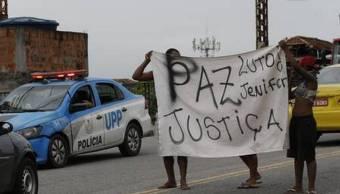 Foto: Un grupo de personas protestan en el barrio brasileño de Triagem por la muerte de Jenifer Silene G. el 14 de febrero de 2019