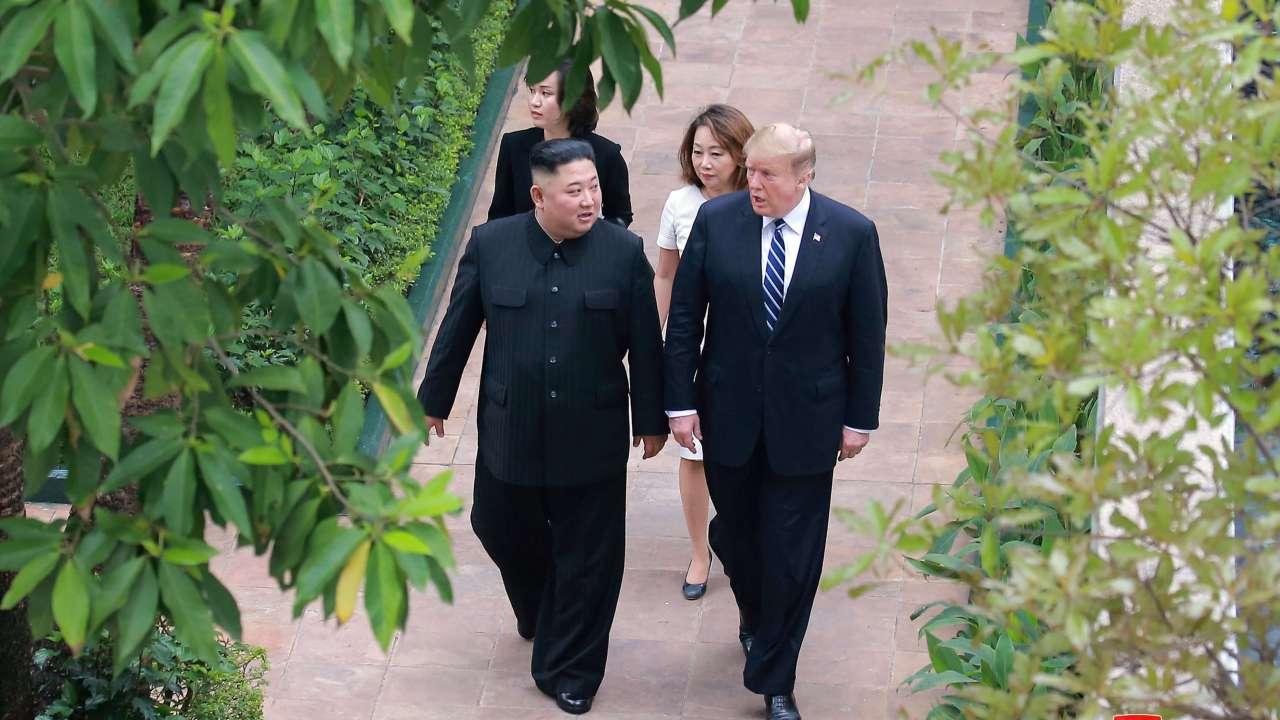 Foto: El líder de Corea del Norte, Kim Jong-un, camina con el presidente de Estados Unidos, Donald Trump, durante su cumbre en Hanoi, Vietnam, el 1 de marzo de 2019