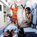 Foto: Paramédicos atienden a dos indígenas heridos tras enfrentamiento con militares en la frontera entre Venezuela y Brasil, el 22 de febrero de 2019