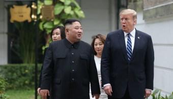 Foto: El líder de Corea del Norte, Kim Jong-un, y el presidente de Estados Unidos, Donald Trump, conversan en el jardín del hotel Metropole, en Hanoi, Vietnam, el 28 de febrero de 2019