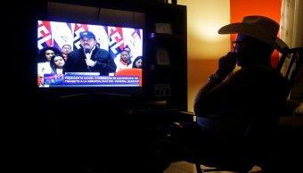 Foto: Un hombre mira una transmisión televisiva del presidente de Nicaragua, Daniel Ortega, en Managua, el 21 de febrero de 2019