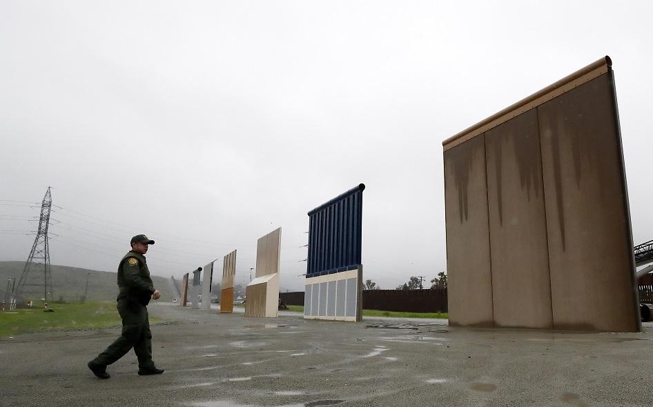 Foto: Un agente fronterizo custodia los prototipos del muro fronterizo del presidente de Estados Unidos, Donald Trump, el 5 de febrero de 2019