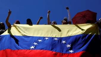 Foto: Un grupo de personas sostienen una bandera de Venezuela el 23 de febrero de 2019